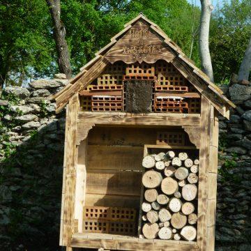 Hôtel à insectes et portail en bois