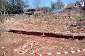 Restauration d'un mur de soutènement en pierres sèches – Villemoirieu